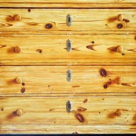 Holzstruktur auf Kommode, © Marc Martin